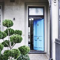 A kék ajtó mögött