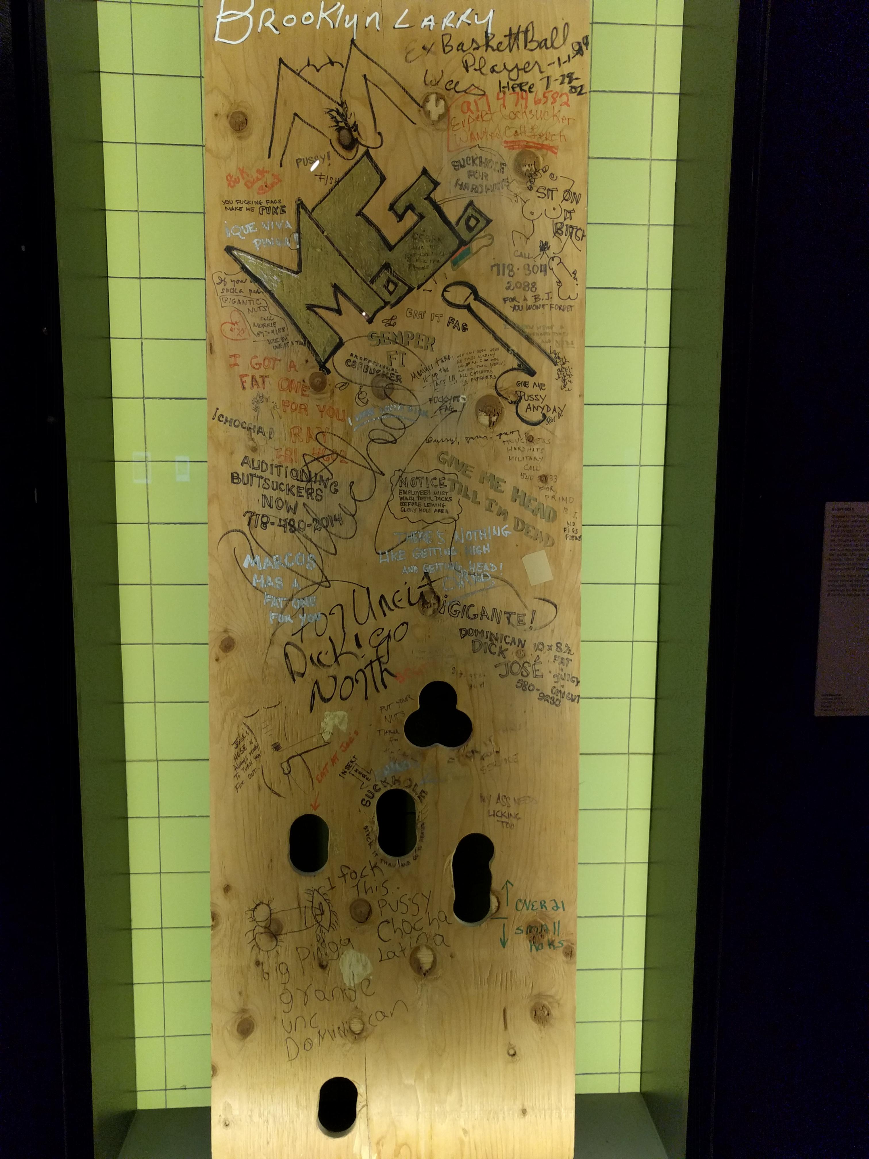 Anonim szexuális interakciókat szolgáló ún. glory hole. Állítólag ez volt az utolsó Manhattenben...később egy magánház egy ajtajaként szolgált, mielőtt a múzeumnak adományozták.