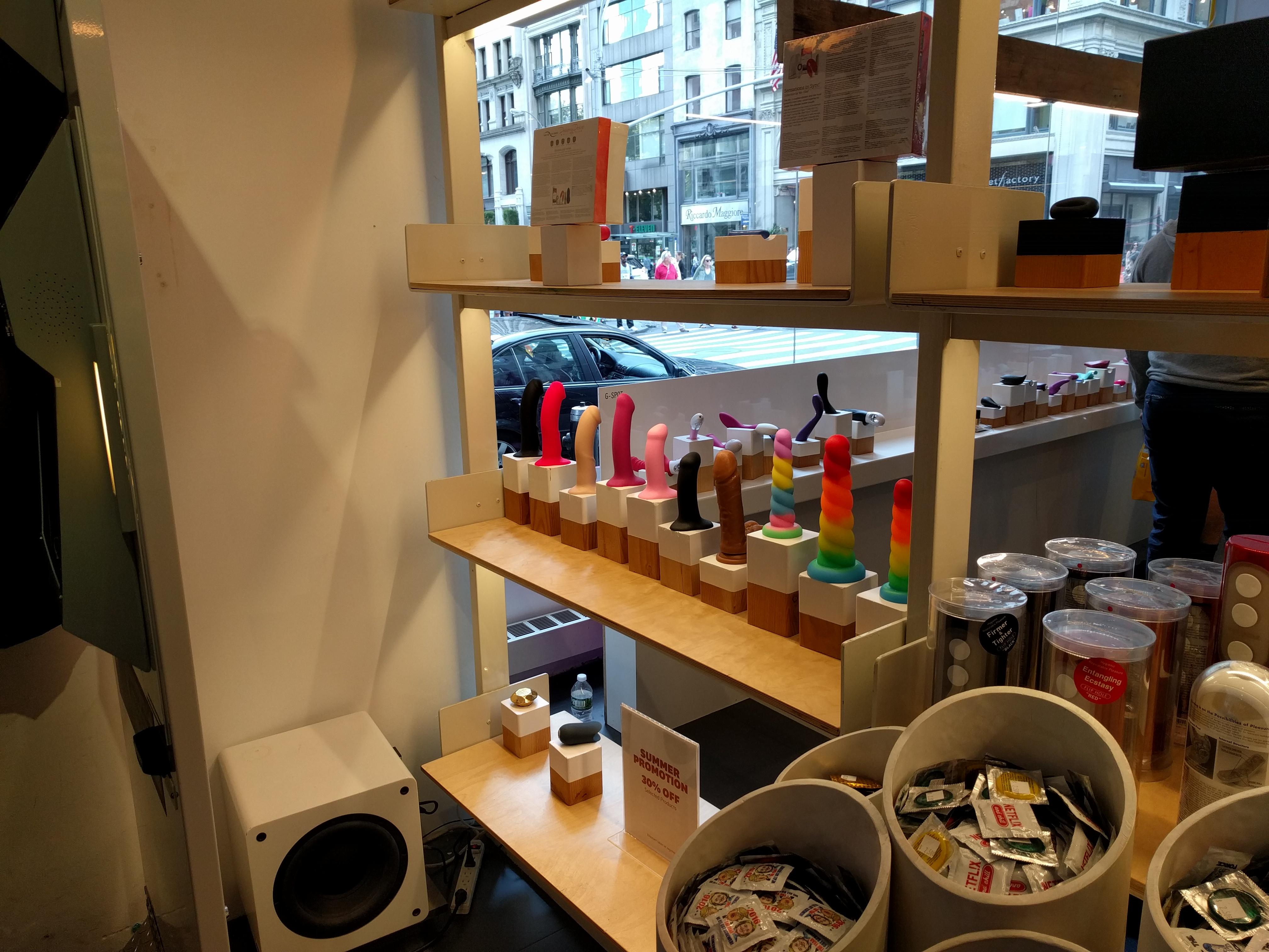 Szexuális kiegészítők és segédeszközök a múzeum sex shopjában.