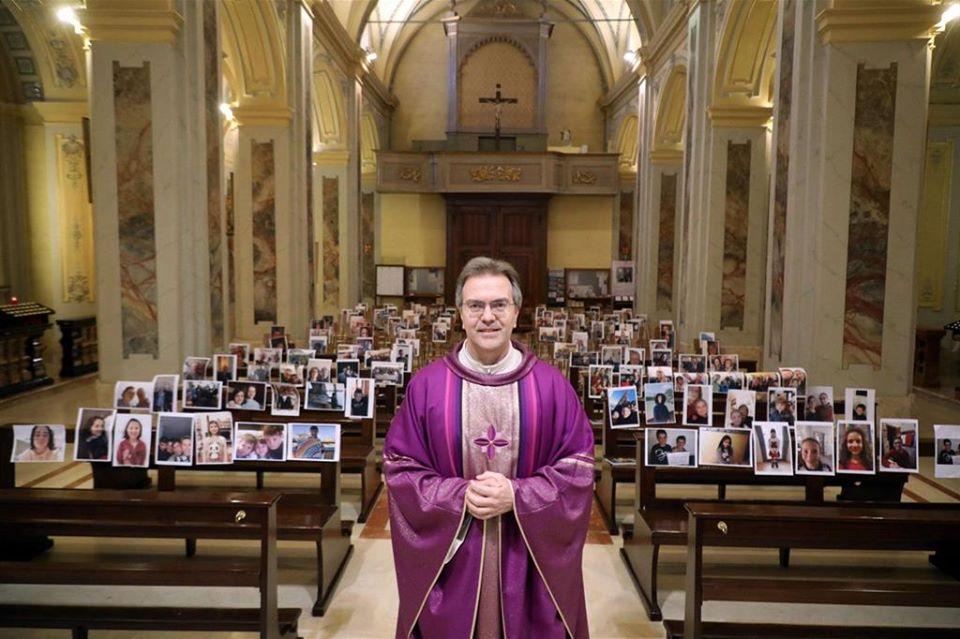 A hívek kinyomtatott fotói előtt miséznek Olaszországban