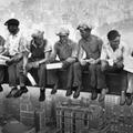 Miből éljenek meg a közmunkából kizárt és a segélyüktől is megfosztott emberek, ha piaci munkahely sincs?