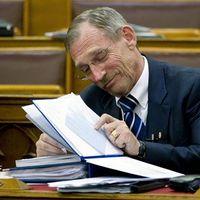 Pintér Sándor ismerteti a tüzifa-támogatási program adatait.