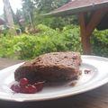 Omlós kakaós sütemény ribizlivel
