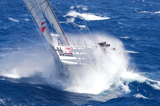 Az Emirates Team New Zealand dönget a TP52-esek versenyében (fotó Ian Roman)