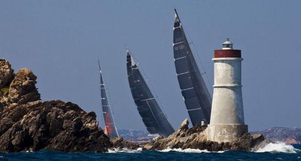 A Maxi flotta a Capo Testa világítótornyánál (fotó: Carlo Borlenghi)