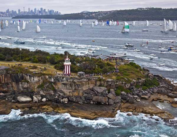 Világítótorony, tömeg, hajók, város.