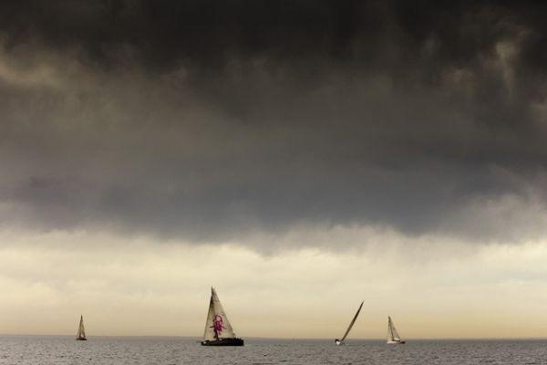 Víz, hajók, felhők.