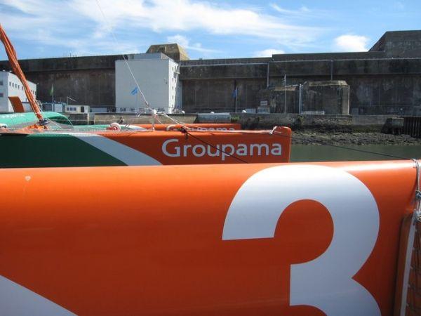 Groupama3, háttérben egy tengeralattjáró-bázis