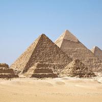 A földön lévő piramisok fényt lövellnek