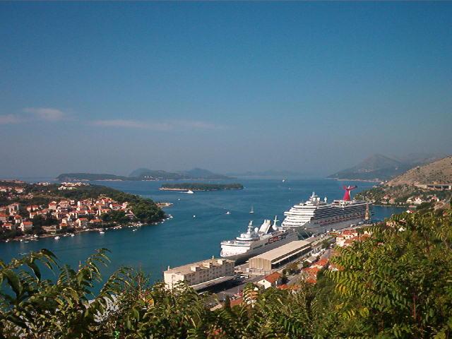 óceánjáró Dubrovnik kikötőjében.jpg