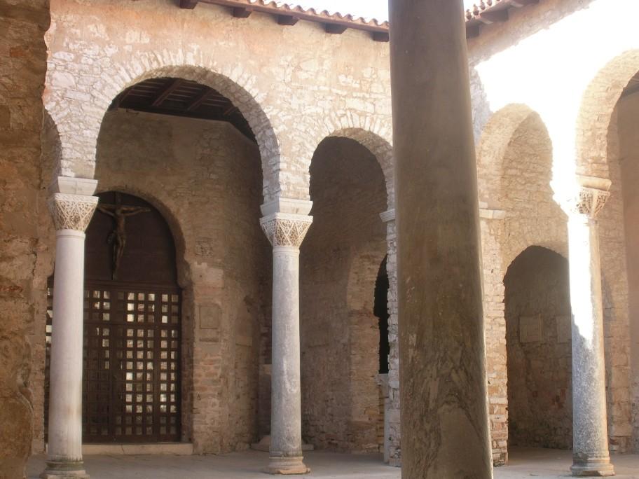 Eufráziusz bazilika átrium.jpg