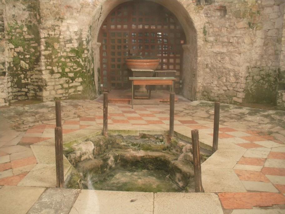 Eufráziusz bazilika keresztelőkápolna.jpg
