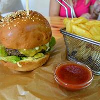 Így készül a Bazalt, a Balaton tökéletes burgere