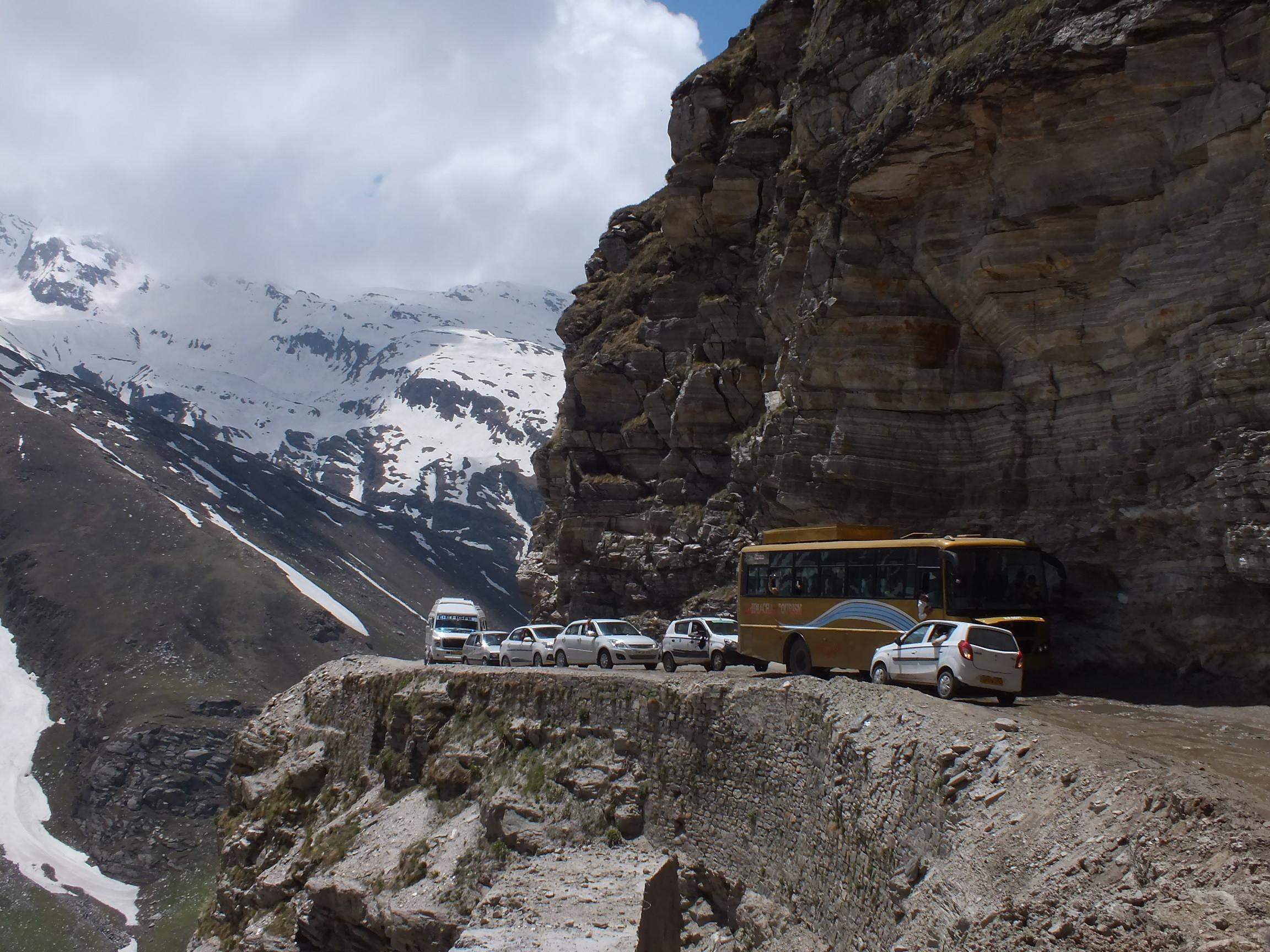 Autó és busz találkozása a Rohtang Pass felé vezető úton<br /><br /><br /><br /><br /><br /><br /><br /><br /><br />Saját fotó