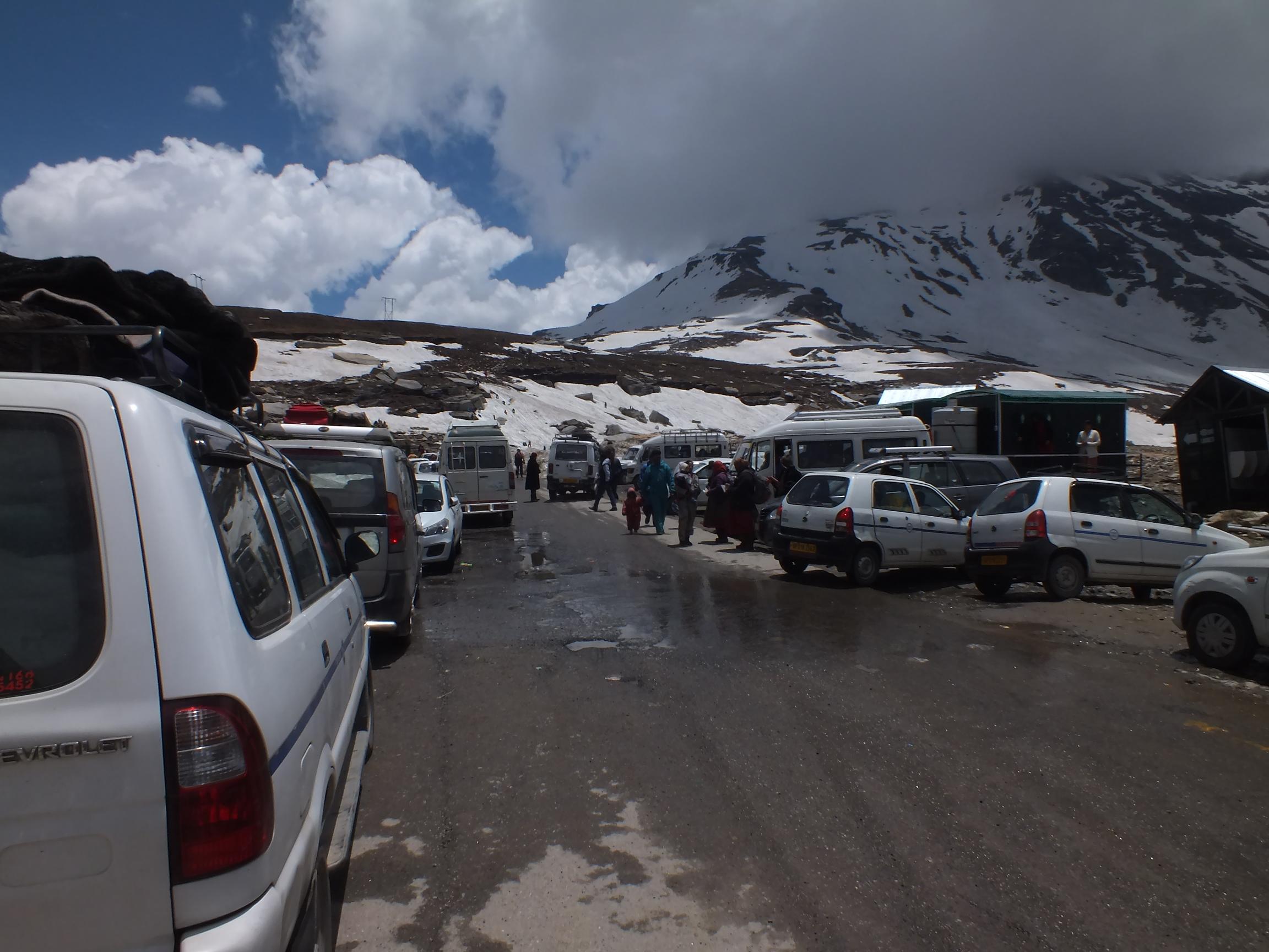Parkoló autók a Rohtang-hágón<br /><br /><br /><br /><br /><br /><br /><br /><br /><br /><br />Saját fotó