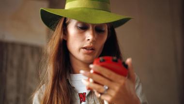 A zöld kalapos pilótafeleség, aki beírta magát a Forma-1 történelmébe