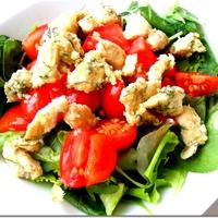 Kapros-joghurtos csirke salátaágyon