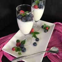 Joghurtos panna cotta erdei gyümölcsökkel