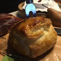 Camembert spenóttal és füstölt tarjával leveles tésztában