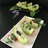 Gyümölcssaláta sárgadinnyében tálalva