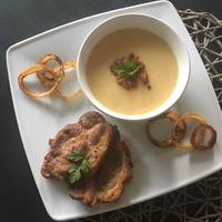 Sárgaborsó főzelék pirított hagymakarikával, szalonna töpörtyűvel és mustáros sült tarjával