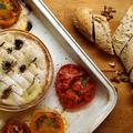 Egyben sült camembert nyári kiadásban - friss fűszerekkel és paradicsommal