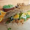 Sült hús felhasználásnak remek módja: isteni narancsos-tarjás szendvics rukkolával és kecskesajttal