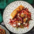 Cékla-sárgarépa saláta fetával, pirított mézes dióval és lilahagymás-mustáros öntettel