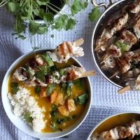 Tök-csicseriborsó-spenót curry, zöldcitromos csirkenyársakkal és kuszkusszal
