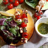 Grillsajtos nyársak pestoval és friss salátával