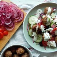 Mentás-citromos húsgolyók görög salátával