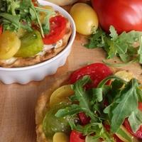 Zöldfűszeres, paradicsomos, három sajtos mini piték