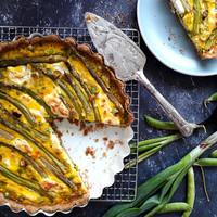 Zöldborsós-spárgás quiche kecskesajttal és fűszeres, teljes kiőrlésű tésztával