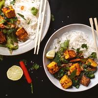 Pirított zöldséges rizstészta fűszeres sült tofuval