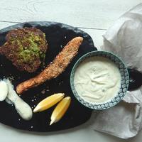 Szezámmagos lazac brokkoli pogácsákkal