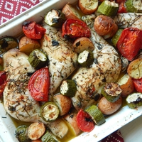 Tepsis, zöldséges csirke zöldfűszerekkel