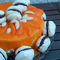 Mandulás-barackos joghurttorta macaronnal díszítve