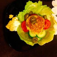 Csirkés hamburger salátából házilag készített húspogácsával