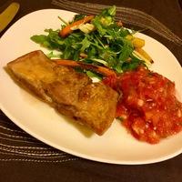 Oldalas paradicsom salsával és zöld salátával