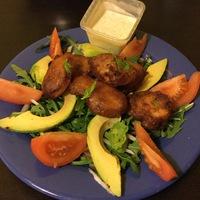 Édesköményes avokádós saláta bundában sült hallal