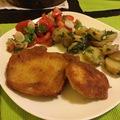 Rántott szelet, petrezselymes krumplival és korianderes paradicsom salátával
