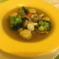 Tavaszi vegyes zöldség leves rizsadara gombóccal