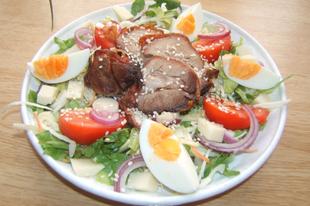 Baconbe tekert kacsamell salátával