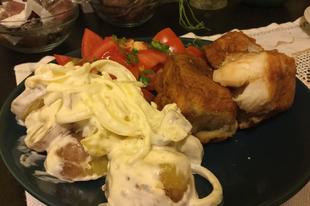 Harcsa párizsi bundában, majonézes hagymás burgonyával és korianderes paradicsom salátával