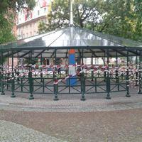 Miért teker körbe szalaggal az önkormányzat lassan egy egész teret Budapesten?