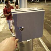 Rejtélyes, dobozba rejtett kapcsoló borzolja a kedélyeket a 3-as villamos megállójában
