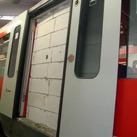 Ez mekkora: befalazták a vonat ajtaját Hamburgban
