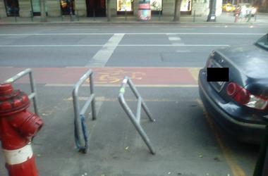 Járókelő Megoldókulcs: Szabálytalanul parkoló autó döntögeti a kerékpártároló korlátait