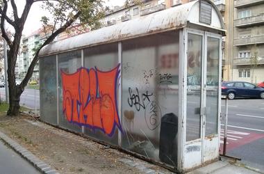 Járókelő Megoldókulcs: Gazdátlan és azonosítatlan, összefirkált és rozsdás építmény Újbudán
