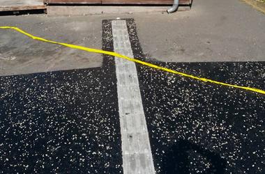 Falnak vezetik a vakokat egy budapesti utcában